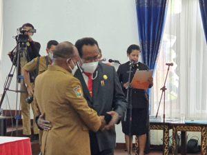 Sekda Papua, Dance Yulian Flassy, SE, M.Si (kanan) saat bersalaman dengan Penjabat Sekda, Doren Wakerkwa, SH usai serahterima jabatan di Gedung Negara, Senin (15/3)