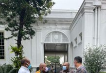 Gubernur Papua, Lukas Enembe, SIP, MH bersama Ketua Harian PB PON, DR. Yunus Wonda, SH, MH dan Kepala Disorda Papua, Alex Kapisa usia mengikuti Rapat Terbatas (Ratas) di Istana Merdeka, Senin (15/3)