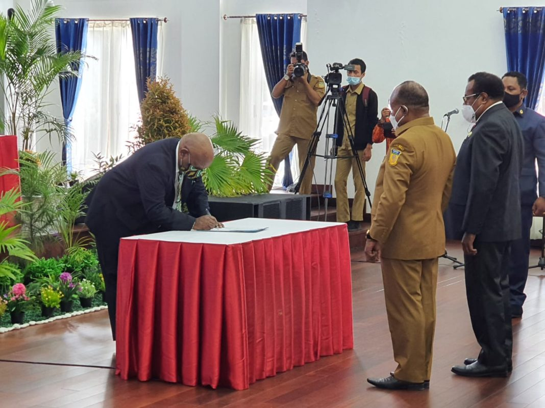 Wakil Gubernur Papua, Klemen Tinal, SE, MM saat menandatangani berita acara serahterima jabatan Sekda Papua, Senin (15/3) di Gedung Negara.