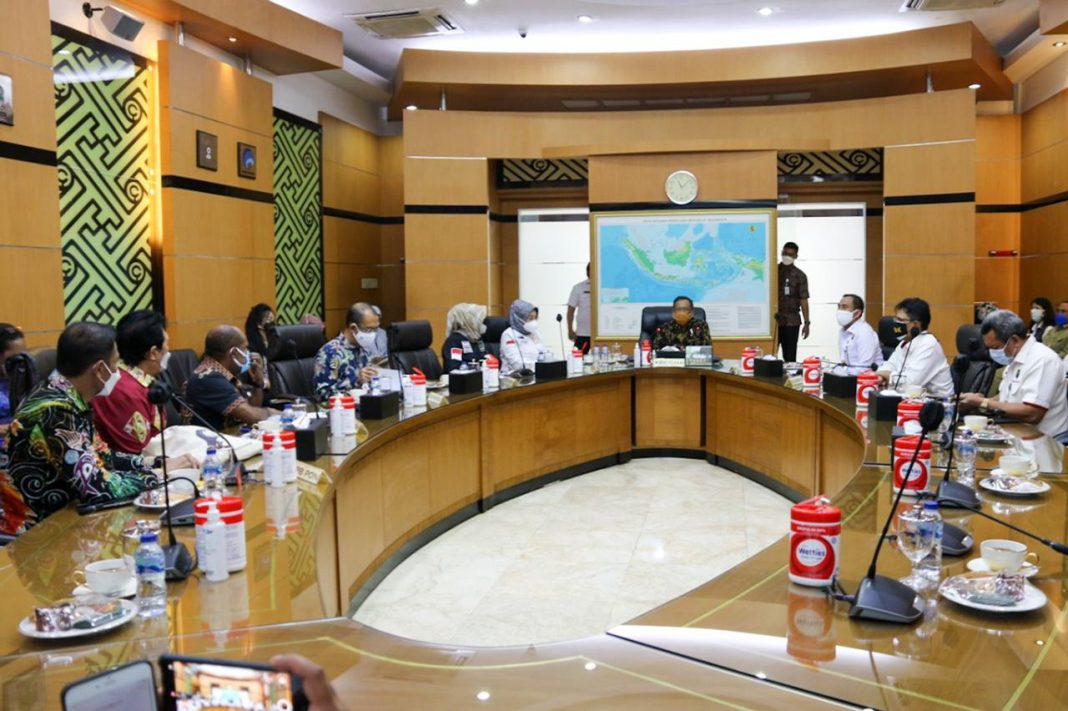 Suasana pertemuan antara rombongan Ketua Harian PB PON XX Papua dengan Menkopolhukam di Kantor Kemenpolhukam di Jakarta, Selasa (16/3)